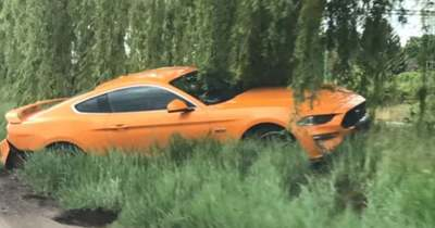 Árokba csapódott egy Mustang Újszászon