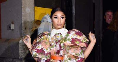 Hoppá! Meztelen keblekkel ment fodrászhoz Nicki Minaj – Fotó!