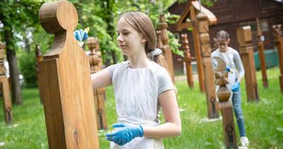 A zalaegerszegi sírjel emlékparkban dolgoztak a népművészeti egyesület tagjai