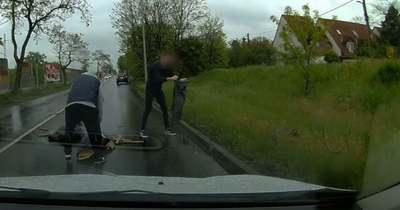 A Pesti út hősei: kikerülhették volna a szögekkel teli útakadályt, de nem tették – megható videó!