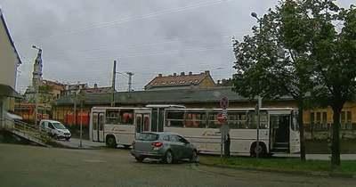 Zseniális videó – Dühös sofőr pattant le a buszról Győrben, hogy megmutassa a behajtani tilos táblát