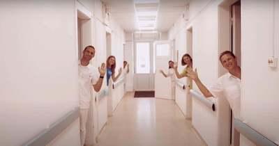 Amikor feladnád: kórházi környezetbe helyezték Halott Pénz nagy slágerét (videó)