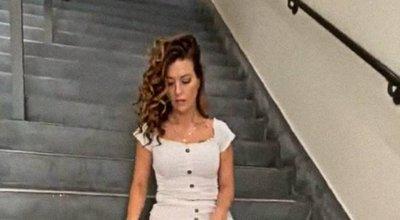 Lépcsőn tolta le a bugyiját a bombázó, hogy megmutassa, mi van alatta – 18+ videó
