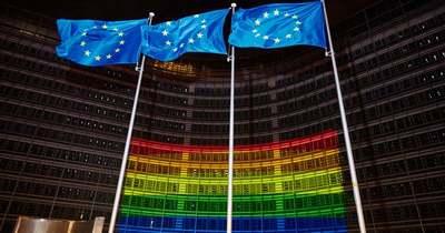Szivárványszínekbe öltöztek az EU-intézmények