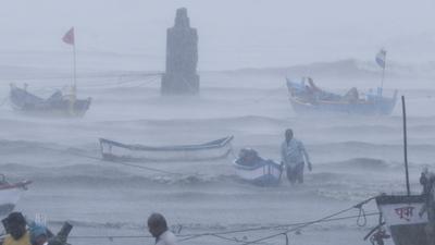Egy ciklon felborított egy hajót Indiában, eltűnt több mint 120 utas