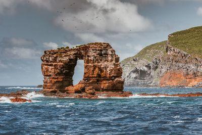 Leomlott a Galápagos-szigetek híres, boltíves sziklája