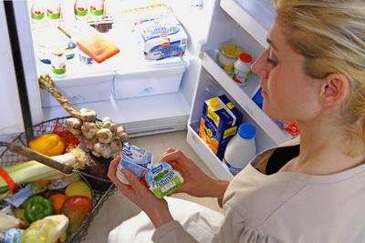 Több mint egy tonna lejárt szavatosságú élelmiszert találtak egy üzletben