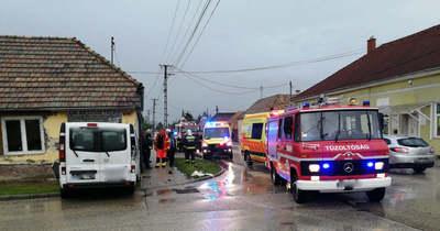 Házba csapódott egy kisbusz Környén, súlyos sérültje is lett a balesetnek