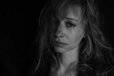 Egy éveken keresztül terrorizált lány vallomása: Apám lyukakat fúrt a falba, hogy folyamatosan láthasson minket