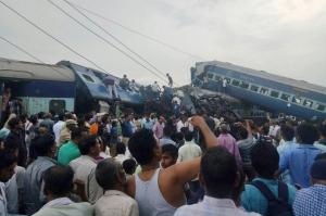 Többen meghaltak egy észak-indiai vonatbalesetben