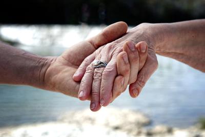 """""""23 éves vagyok, és egy 60 éves nővel járok"""" – így váltanak szerelmes csókot egymással"""