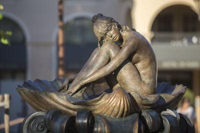 Arannyal borítják be Brigitte Bardot szobrát