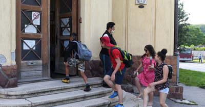 Pár lépés és bezárul az iskola ajtaja