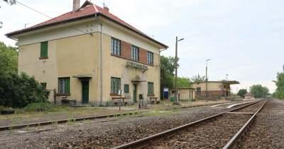 Eldőlt: Lajosmizse és Kecskemét között villamosítják a vasútvonalat