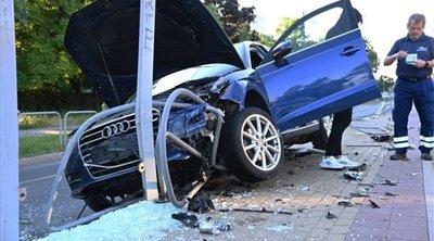Brutális erővel csapódott be: letarolta a villamosmegállót az autós - Fotó