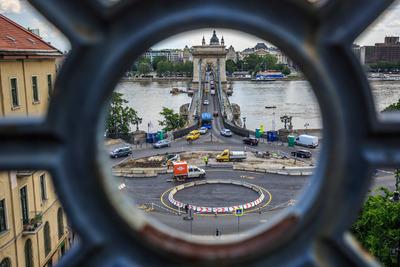 Siratják a Clark Ádám téri ikonikus virágágyást a budapestiek - videó