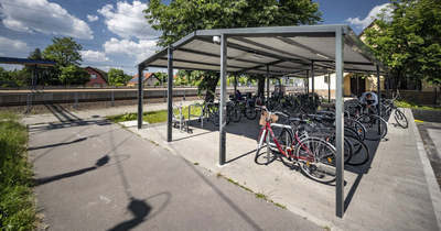 Új kerékpártárolók épülnek Szolnokon is