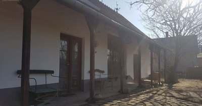 A hét ingatlana: egy tornácos, romantikus házikó Dunaföldváron!