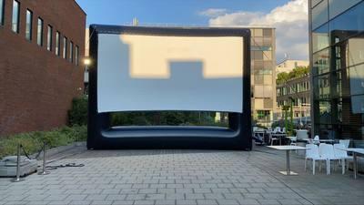 Nyílnak a tetőmozik, ahol védettségi igazolvány nélkül nézhetünk filmet