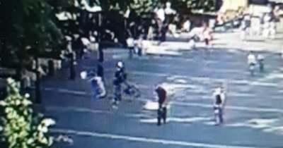 Felrúgta egy biciklis a Momentum pultját a Dobó téren
