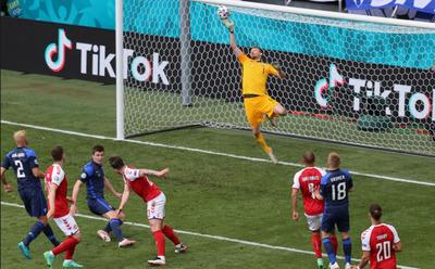 EURO-2020 - Eriksen összeesett a pályán, újraélesztik!