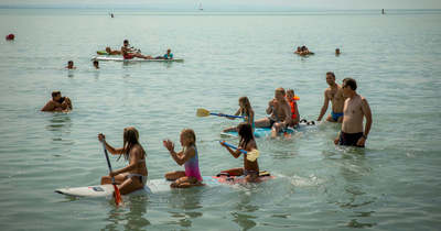 Rajtolnak a balatoni strandok – mutatjuk a belépőárakat a népszerű északi parti strandokról