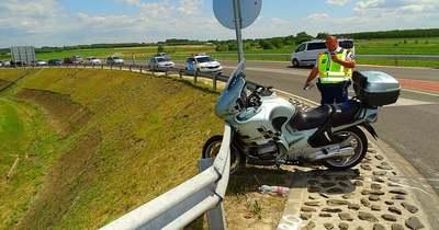 Szalagkorlátnak csapódott egy motoros a 44-es főúton, Tiszakürtnél