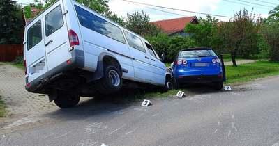 Két autó ütközött Mindszenten, az egyik sofőrt kórházba szállították – Fotók