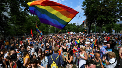 Melegjogi szervezetek tüntetnek a Parlament előtt hétfőn