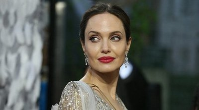Újabb sztárpár melegítette fel a káposztát! Exférje lakásánál látták Angelina Jolie-t: egy üveg borral ment randizni