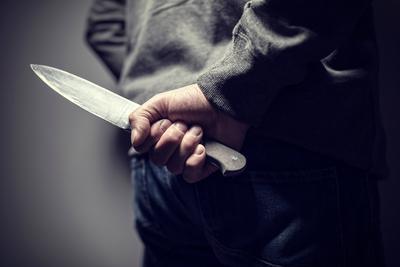 Disznósokkolóval és késsel akarta kioltani felesége életét egy férfi Piliscsabán