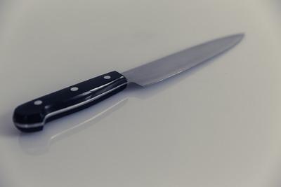 Disznósokkolóval és késsel a támadt a feleségére egy férfi Piliscsabán