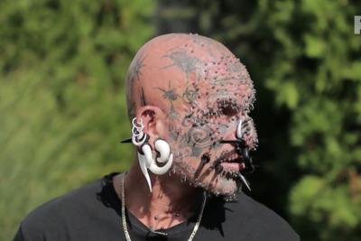 Így néz ki a magyar Vasember, akinek több mint 200 piercinget szedtek ki az arcából - Videó