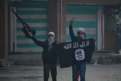 A lúzernek látszó fiatalokra hajt az Iszlám Állam – Magyarországon is toboroznak!