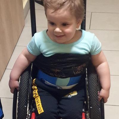 Köldöktől lefelé mozgásképtelen a 3 éves kisfiú: rendkívül ritka betegségben szenved