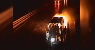 Így égett ki egy kisbusz a Kőröshegyi Völgyhídon