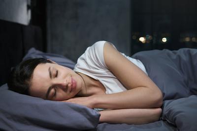 Ez történik a bőröddel és a hajaddal, ha selyem párnahuzaton alszol
