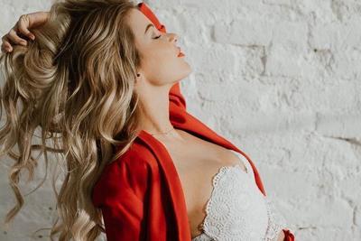 Szexi melltartós képpel hódít a Jóban Rosszban színésznője