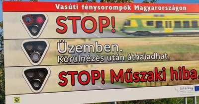 Villogó óriásplakát figyelmeztet a vasúti átjáróra a 84-es mellett – fotók