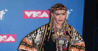 Hatalmas dekoltázst villantott Madonna, egyenesen a kamerába tolta – Fotó