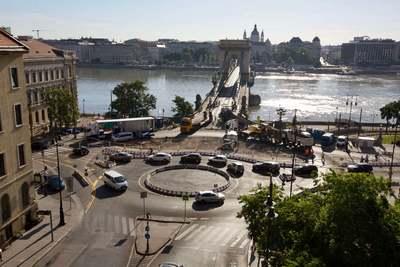 Életveszély: ilyen a forgalom ma reggel a Clark Ádám térnél, a Lánchíd előtt – videó