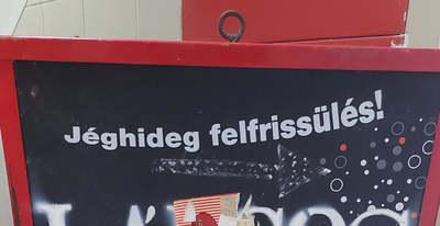 Ezt írta a magyar büfés a Coca-Cola táblájára, szakadunk a nevetéstől