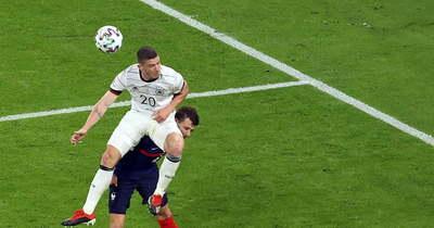 Rémisztő jelenet, elájult a pályán a francia válogatott védője