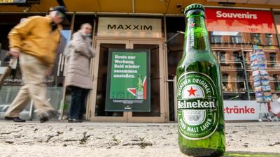A Coca-Cola után a Heineken is repült az asztalról