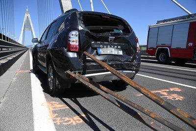 Vasrudak nyársaltak fel egy autót a Megyeri hídon - fotók