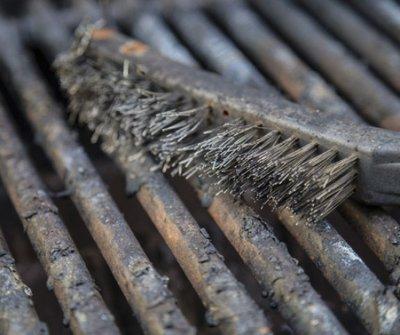 Ezért ne tisztítsd SOHA drótkefével a grillrácsot!