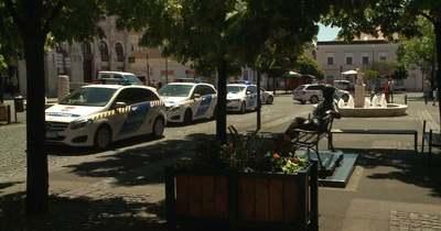 A polgármester és a városvezetés megölésével fenyegetőzött a gyöngyösi hivatalban őrjöngő férfi