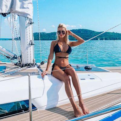 Vasvári Vivien a legapróbb, legfényesebb bikinijében élvezi a Balatont - kép