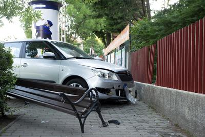 Egy padon ülő nőt és gyerekeit gázolt el egy autós Budapesten