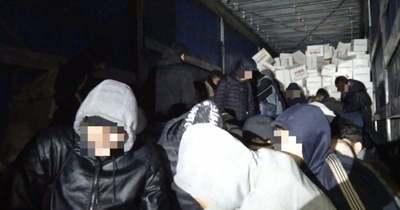 Tele volt a kamion migránsokkal Tatánál, 5 ezer euróért szállított a csempész